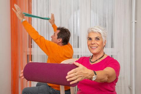 Photo de deux personnes seniors faisant de l'exercice